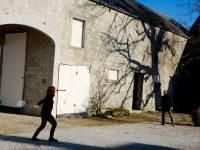 badmington dans la cour intérieure à la ferme chateau de Dourbes