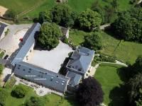 Luchtfoto van de kasteelhoeve Dourbes