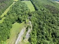 à l'arrière des ruines, vue aérienne du terrain de camp Haute Roche