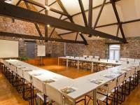 Salle installée pour un séminaire (avec plancher en bois)
